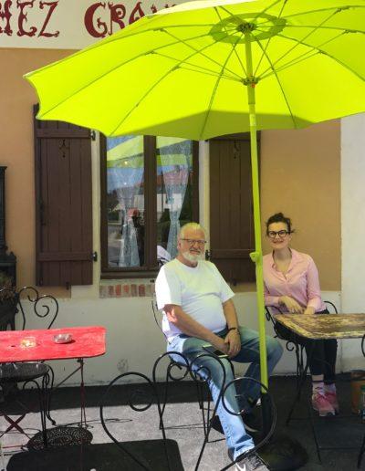 """L'actrice Armelle avec le fondateur du Musée à la terrasse du restaurant """" Chez Grand'Mère """""""