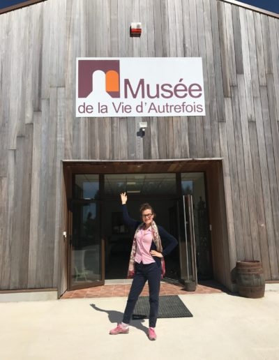 L'actrice Armelle à l'entrée du Musée